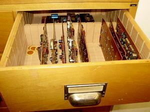 Ersatzbausteine und Ersatzmaterial wie Dioden, Transistoren, Widerstände.
